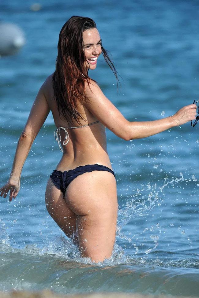 Đứng hình vì bikini nhỏ xíu của người đẹp có vòng 3 hot nhất Anh quốc - hình ảnh 7