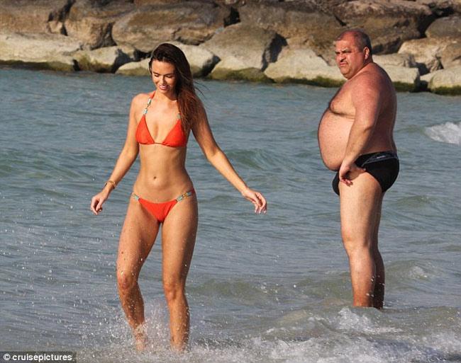 Đứng hình vì bikini nhỏ xíu của người đẹp có vòng 3 hot nhất Anh quốc - hình ảnh 11