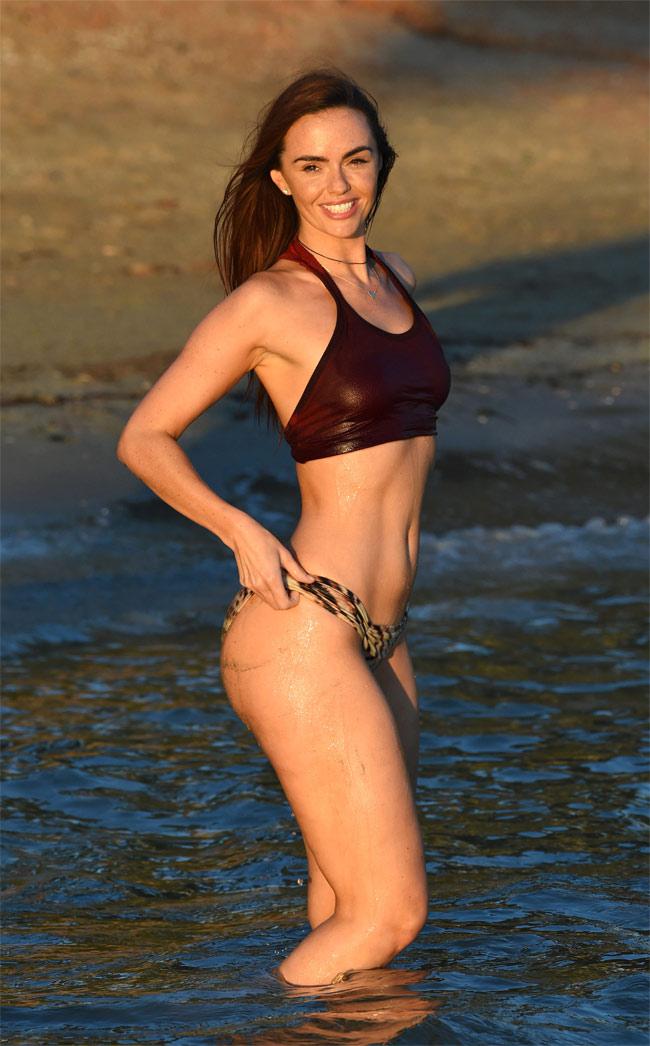 Đứng hình vì bikini nhỏ xíu của người đẹp có vòng 3 hot nhất Anh quốc - hình ảnh 14