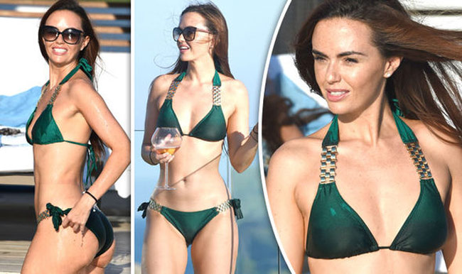 Đứng hình vì bikini nhỏ xíu của người đẹp có vòng 3 hot nhất Anh quốc - hình ảnh 12