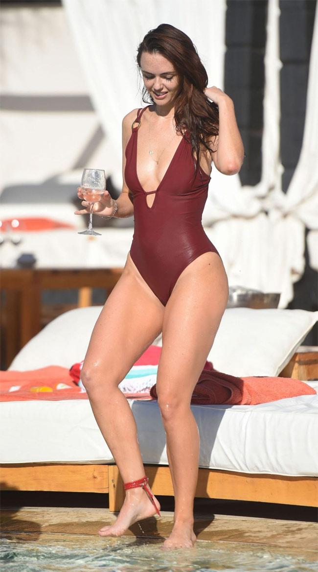 Đứng hình vì bikini nhỏ xíu của người đẹp có vòng 3 hot nhất Anh quốc - hình ảnh 17