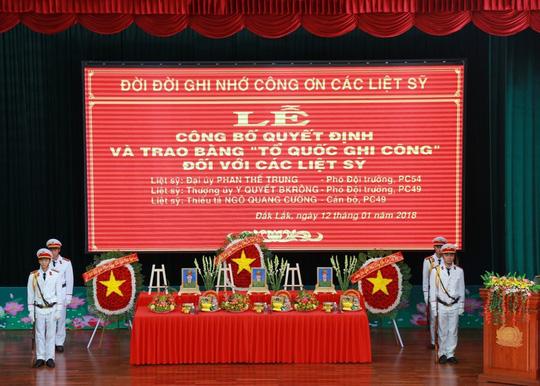 Trao bằng Tổ quốc ghi công cho 3 công an hy sinh trong vụ nổ ở Đắk Lắk - hình ảnh 1