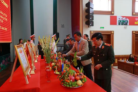 Trao bằng Tổ quốc ghi công cho 3 công an hy sinh trong vụ nổ ở Đắk Lắk - hình ảnh 2