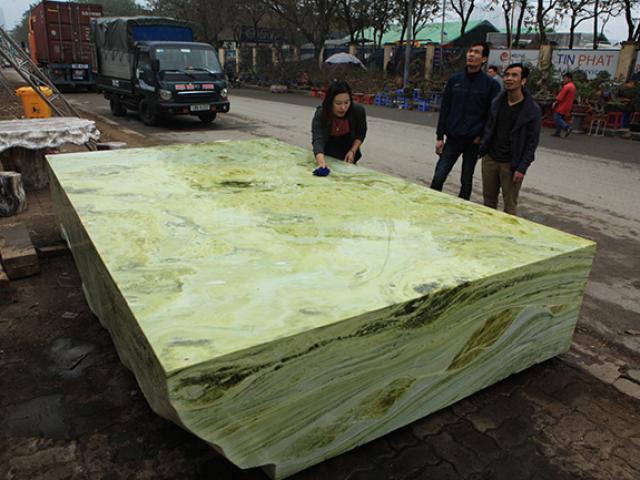 Tấm phản đá xanh ngọc nguyên khối nặng 14 tấn xuất hiện ở Hà Nội