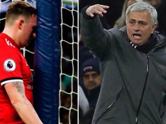 """MU gục ngã: Mourinho nổi điên với hàng thủ, vẫn khen """"thảm họa"""" Sanchez"""