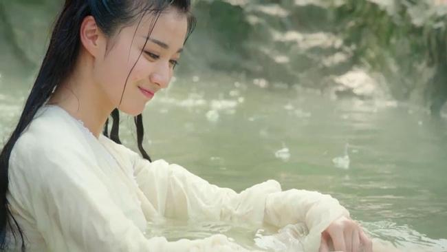 """Cảnh tắm của Liễu Tích Âm (Vương Sở Nhiên đóng) trong phim """"Tướng quân ở trên, ta ở dưới"""" nhận được cơn mưa lời khen của khán giả."""