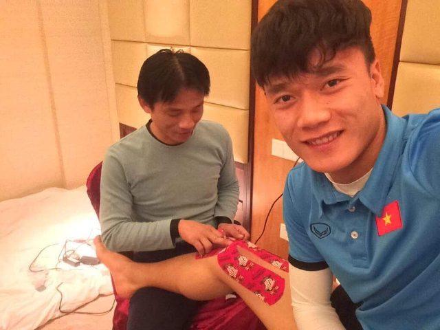 Bác sĩ đội tuyển U23 lần đầu tiết lộ hình ảnh chăm sóc các 'cầu thủ vàng' - 1