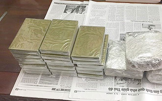 2 kẻ buôn ma túy rút dao chống trả cảnh sát quyết liệt - 1