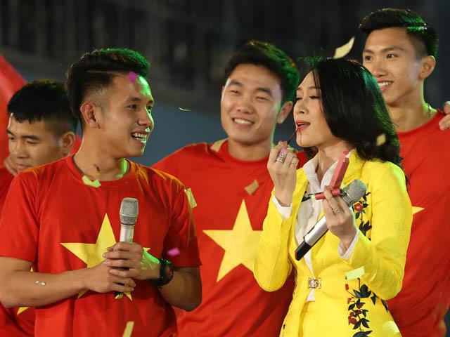 Mỹ Tâm thoa son của Hồng Duy U23 Việt Nam trên sân khấu