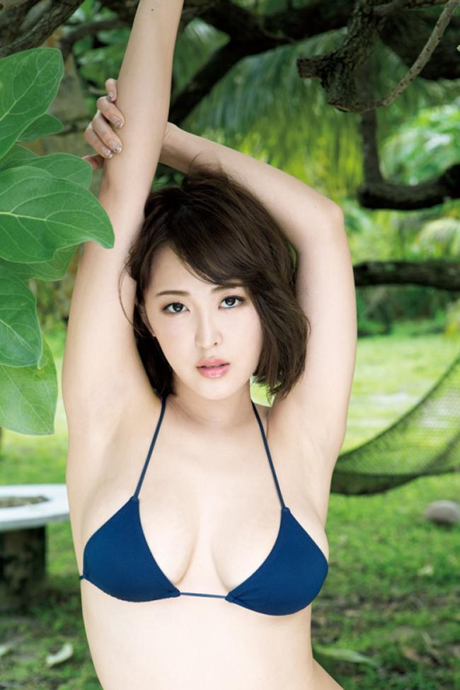 """""""Siêu vòng một"""" xứ Phù tang ngại ngùng chụp bikini - hình ảnh 2"""
