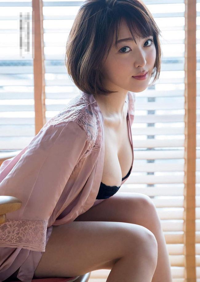 """""""Siêu vòng một"""" xứ Phù tang ngại ngùng chụp bikini - hình ảnh 16"""