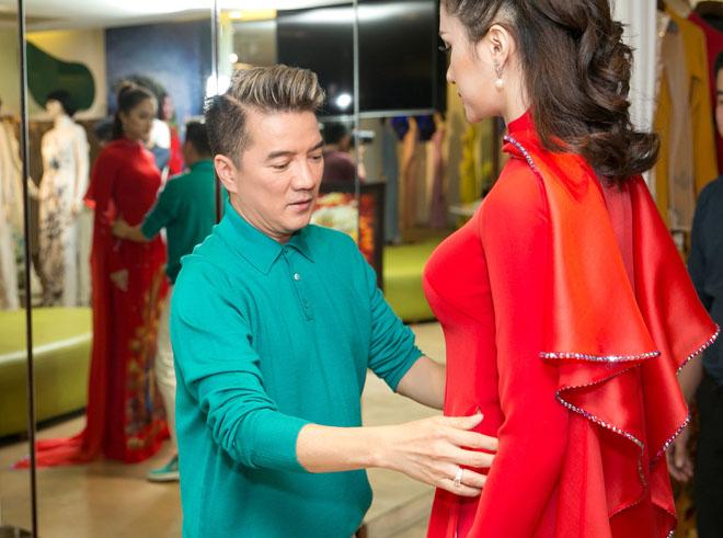 Mr. Đàm hộ tống Hương Giang thử áo dài thi Hoa hậu chuyển giới - hình ảnh 2