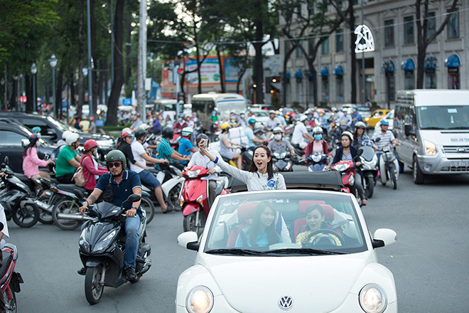 Bộ 3 mỹ nhân châu Á lái xe mui trần thăm Sài Gòn - hình ảnh 4