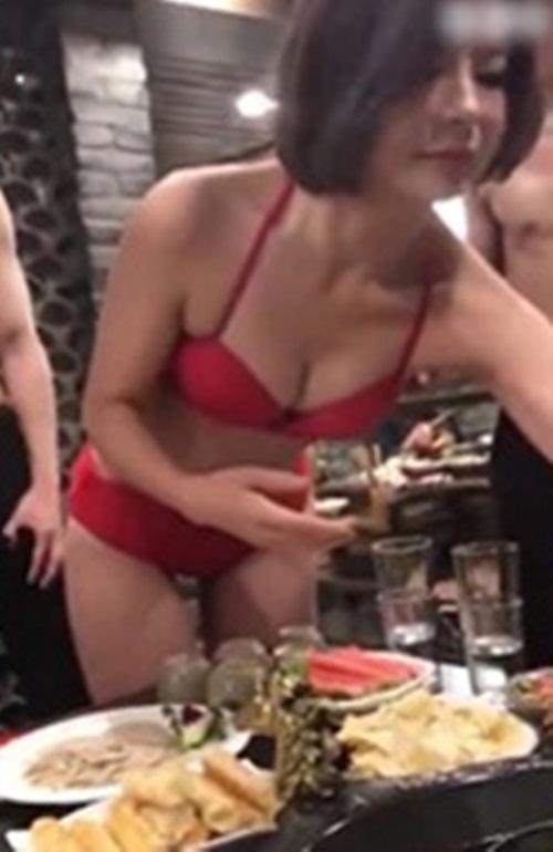 Nữ mặc bikini, nam cởi trần phục vụ khách ăn lẩu gây sốc - hình ảnh 3