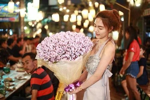 Chưa Valentine, cô gái đã tặng bạn trai bó hoa tiền gần trăm triệu - hình ảnh 1