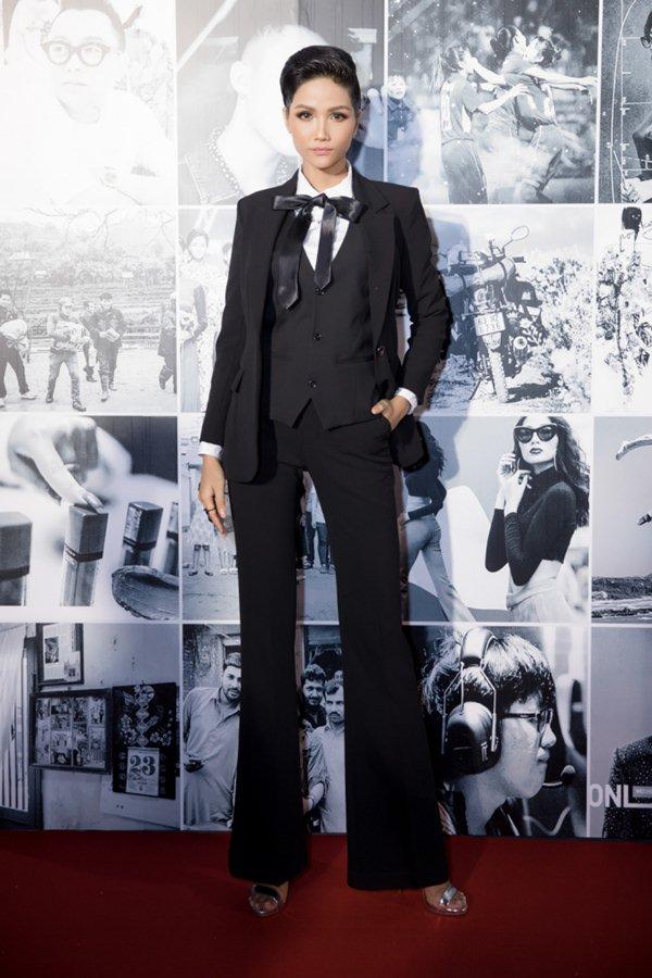 Kín mít từ đầu tới chân, Kỳ Duyên vẫn soán ngôi mặc đẹp tuần - hình ảnh 2