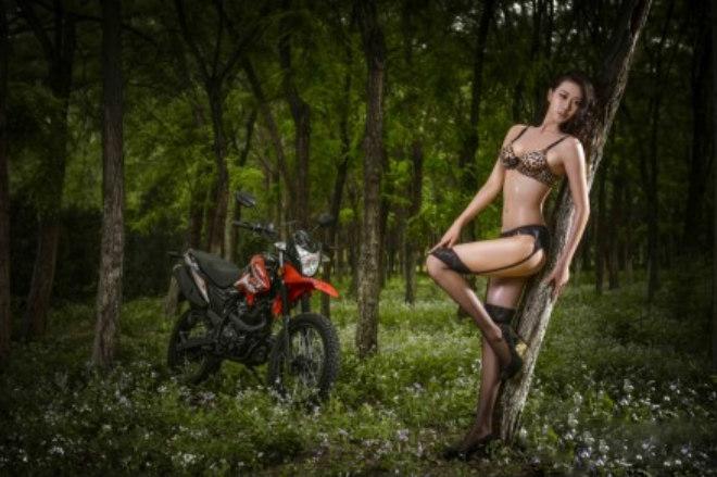Người đẹp bốc lửa bên xế phượt trong rừng xanh - 8