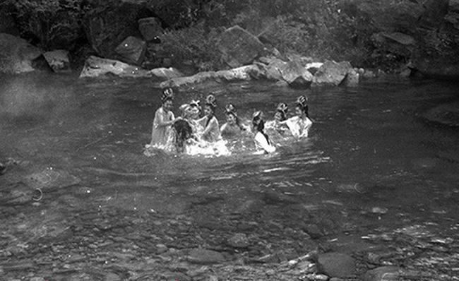 Hé lộ sự thật những cảnh tắm suối trong Tây Du Ký qua nhiều phiên bản - hình ảnh 7