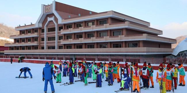 Trẻ em đang khởi động cho lớp tập trượt tuyết bên ngoài tòa khách sạn chính của khu resort.