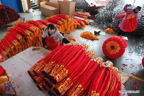Rực rỡ sắc đỏ Tết Nguyên đán tại làng nghề Trung Quốc - hình ảnh 2