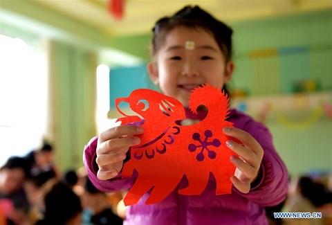 Rực rỡ sắc đỏ Tết Nguyên đán tại làng nghề Trung Quốc - hình ảnh 9