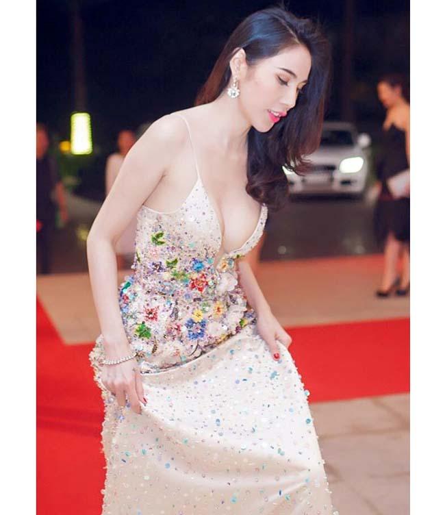 Thót tim với váy khoe vòng 1 của Mai Phương Thúy và sao Việt - hình ảnh 9