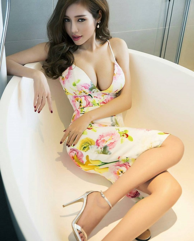 Thót tim với váy khoe vòng 1 của Mai Phương Thúy và sao Việt - hình ảnh 11