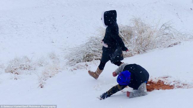 Du khách đổ xô tới sa mạc Sahara ngắm tuyết rơi - hình ảnh 7