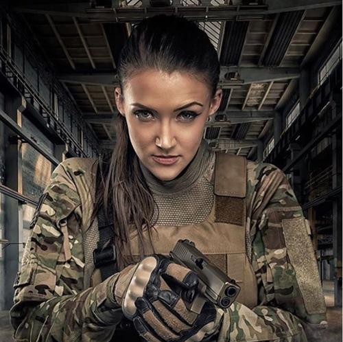 Nàng cựu binh xinh như hoa hậu chỉ mê trai đẹp và…súng! - hình ảnh 2
