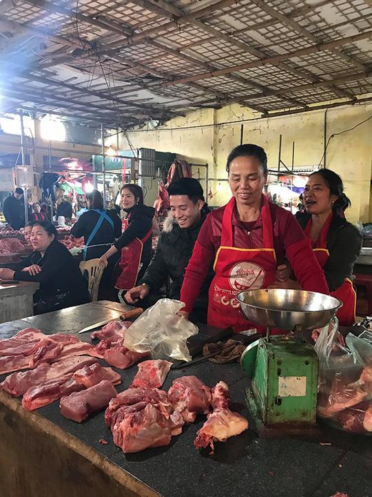 Chợ quê xôn xao khi trung vệ Tiến Dũng phụ mẹ bán thịt heo - hình ảnh 2
