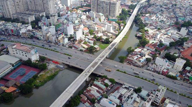 Đường cong uốn lượn của metro đầu tiên ở SG sau 6 năm thi công - hình ảnh 16