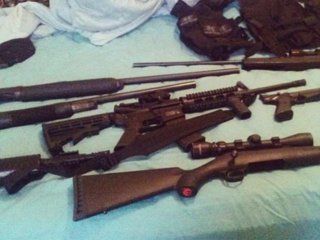 """Mỹ: Vì sao mới 19 tuổi đã mua được """"tử thần"""" AR-15 bắn chết 17 người?"""
