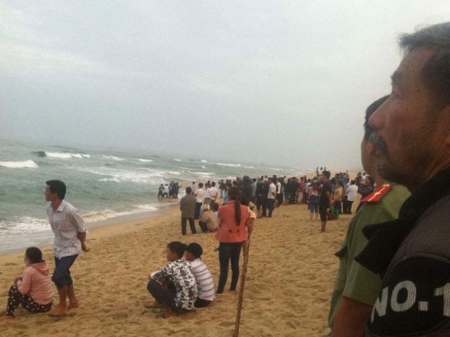 Ra biển chơi mùng 3 Tết, 1 người tử vong, 2 người bị sóng cuốn mất tích