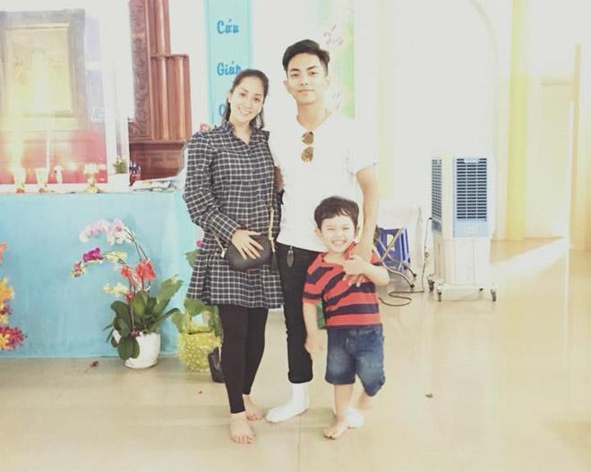 Khánh Thi khệ nệ bụng bầu 5 tháng đi chơi Tết cùng chồng con - 1