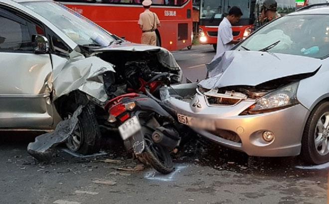 2 ô tô kẹp bẹp xe máy, ít nhất 9 người bị thương - 1