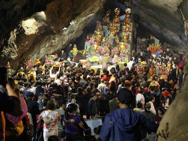 Hàng vạn người đội mưa xuyên đêm trẩy hội chùa Hương