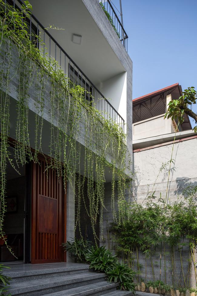 Ngôi nhà này nằm lọt thỏm trong một khu dân sư đông đúc ở quận Hoàng Mai, Hà Nội.