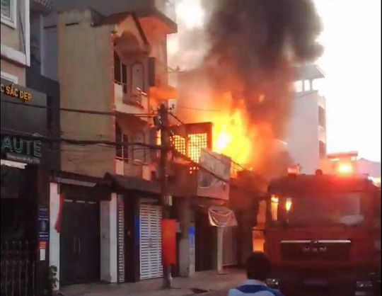 Đi chơi bất cẩn, 14 căn nhà ở TP HCM bốc cháy trong dịp Tết - 1