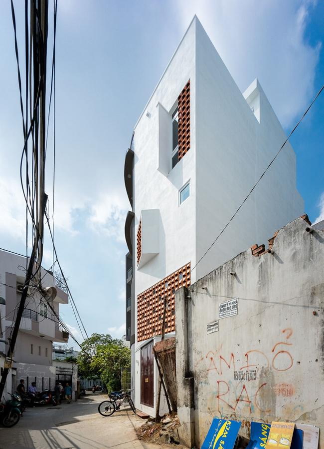 Căn nhà này được xây dựng trên mảnh đất dài, hẹp hậu, không vuông vức, trong một ngõ nhỏ ở quận Bình Thạnh, thành phố Hồ Chí Minh.
