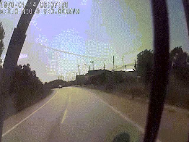 """Camera hành trình: Cú tông """"sấm sét"""" giữa xe khách và ô tô con"""