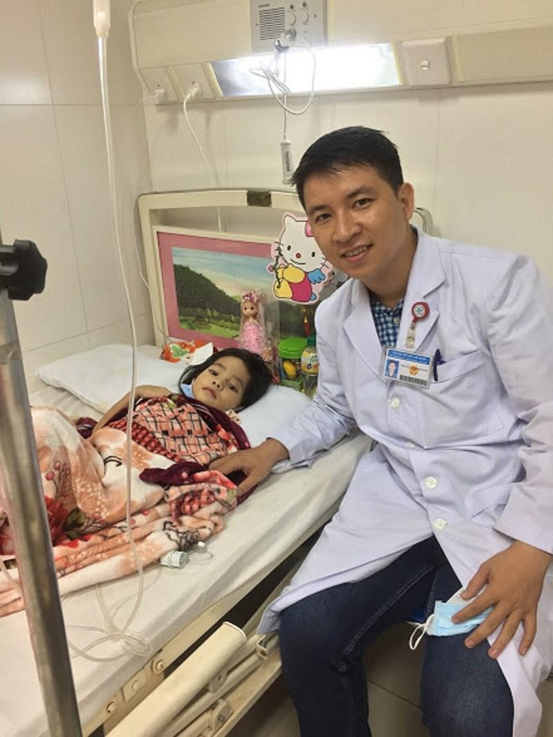 Bác sĩ 9X dùng Facebook khám bệnh, làm từ thiện - 1