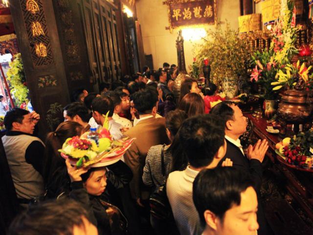 Chen nhau khấn vái cầu lộc trước giờ khai ấn đền Trần
