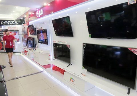 """Có nên mua tivi, máy lạnh hàng trưng bày đang ồ ạt """"xả"""" sau Tết? - 1"""