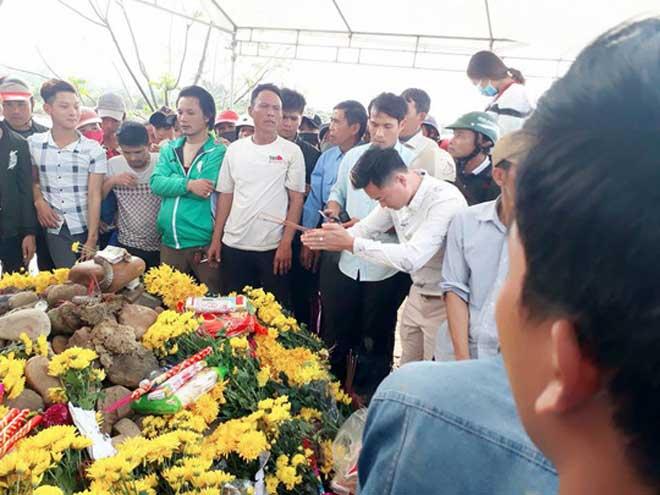Tìm phương án xử lý con rắn nằm trên mộ ở Quảng Bình - 1