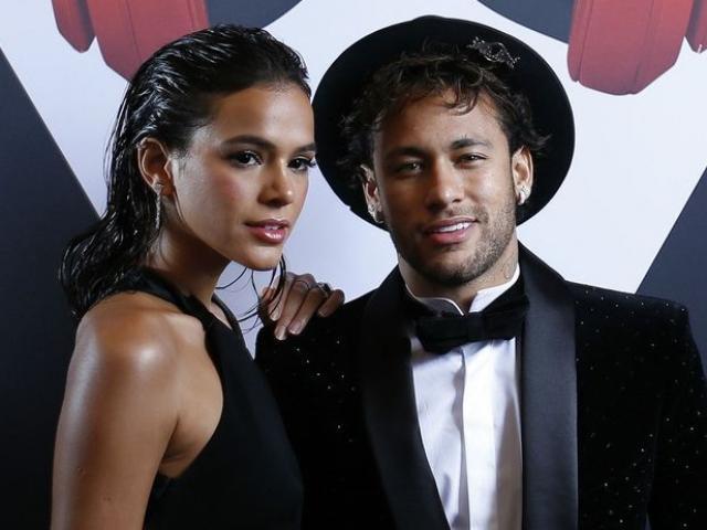 """Neymar được siêu mẫu """"thưởng nóng"""" trước khi lên bàn mổ"""
