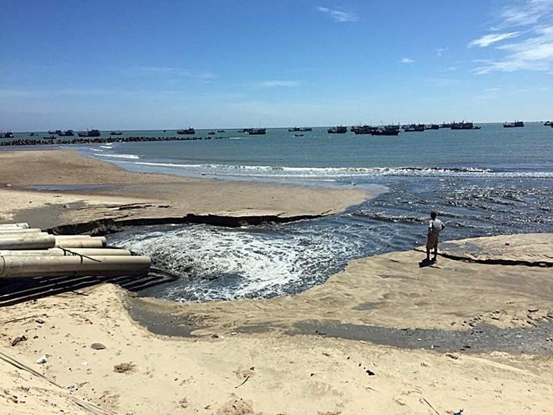 """Nước đen như hắc ín ở Bình Thuận: """"Chỉ là thoát nước"""" - 1"""