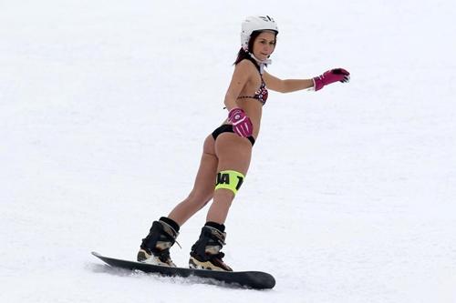 Đến Romania ngắm phụ nữ mặc bikini trượt tuyết - hình ảnh 3