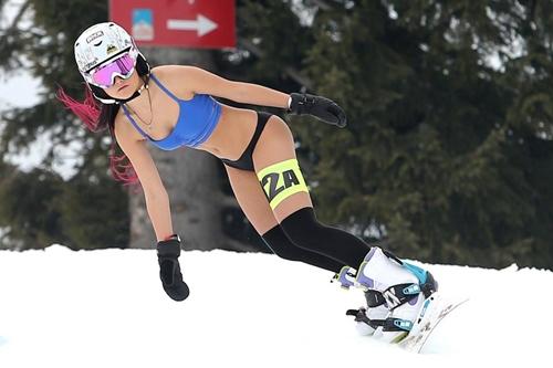 Đến Romania ngắm phụ nữ mặc bikini trượt tuyết - hình ảnh 5