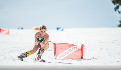 Đến Romania ngắm phụ nữ mặc bikini trượt tuyết - hình ảnh 7