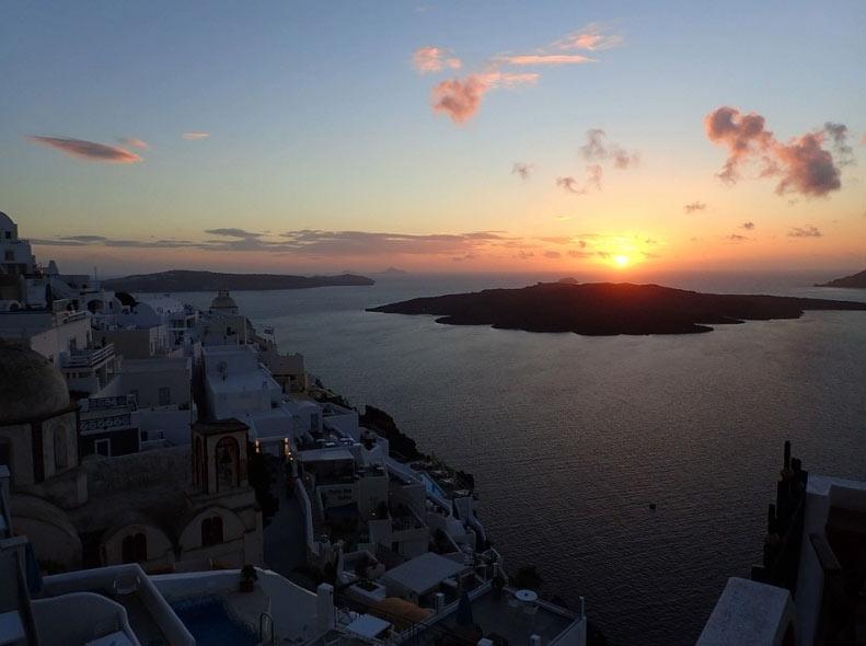 Thiên đường du lịch Santorini: Không phải màu hồng như bạn tưởng tượng - hình ảnh 1